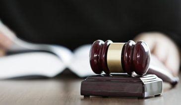 Tòa án có thẩm quyền thụ lý đơn khởi kiện Chủ tịch huyện và đòi bồi thường tổn thất tinh thần do hành vi công vụ không?